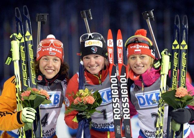 Marie Dorin Habert, Laura Dahlmeier (Niemcy) i Weronika Nowakowsska-Ziemniak (Polska!) na podium biegu pościgowego