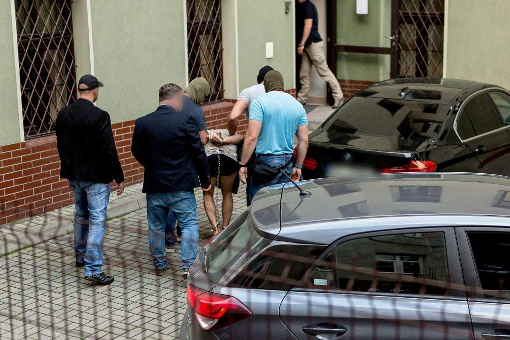 Świdnica, 16.06.2019. Zatrzymany mężczyzna doprowadzany na przesłuchanie w prokuraturze w Świdnicy.