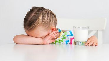 Skaza białkowa u dzieci, czyli alergia na białka mleka krowiego, pojawia się, gdy układ odpornościowy reaguje nieprawidłowo na niektóre składniki pożywienia, tak zwane alergeny pokarmowe. W tym przypadku są to zwykle białka zawarte w mleku.