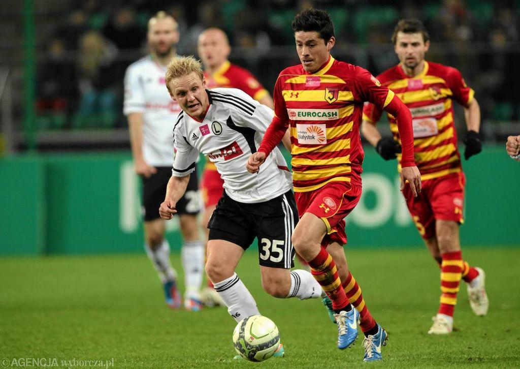 10.11.2012. Legia przegrała z Jagiellonią 1:2. O piłkę walczy Daniel Łukasik