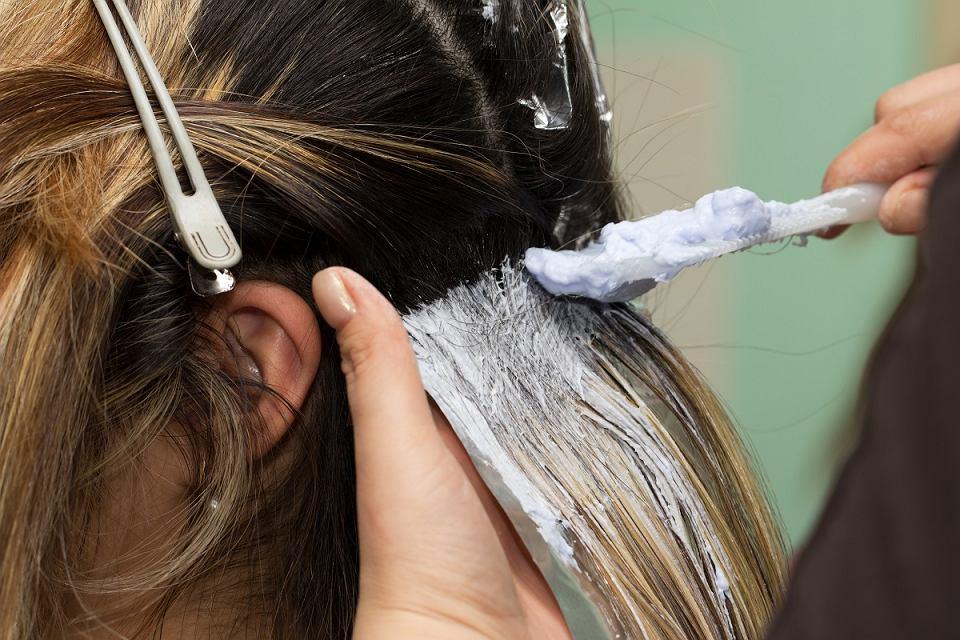 Jak wygląda proces koloryzacji włosów?