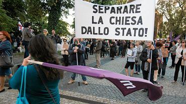 Demonstracja zwolenników rozdziału Kościoła i państwa przed kurią w Poznaniu