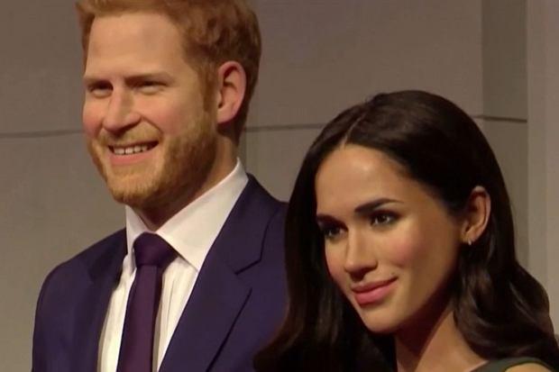 Zaszła spora zmiana w muzeum figur woskowych w Londynie. Meghan i Harry już nie zajmują zaszczytnego miejsca u boku królowej Elżbiety II i księcia Filipa. Podobizny pary książęcej Sussex zostały przeniesione do strefy... gwiazd Hollywood.
