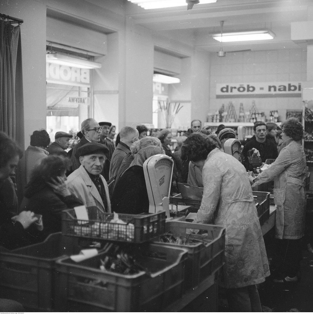Sklep Państwowego Gospodarstwa Bródno, przy ul. Marszałkowskiej 28 w Warszawie. Późne lata 70