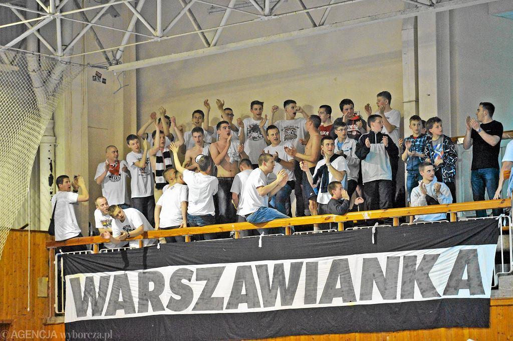 Kibice Warszawianki, którzy wspierali swój zespół w hali przy ul. Piaseczyńskiej