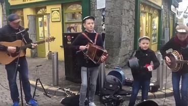 Tata zagrał z synami koncert na ulicy