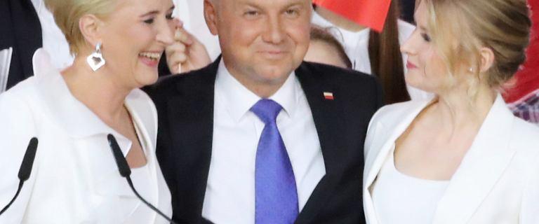 Agata Duda i Kinga Duda w bliźniaczych stylizacjach podczas wieczoru wyborczego w Pułtusku
