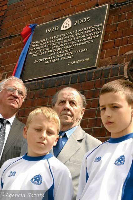 Antoni Piechniczek i Gerard Cieślik w 2006 roku na uroczystości odsłonięcia tablicy w Chorzowie
