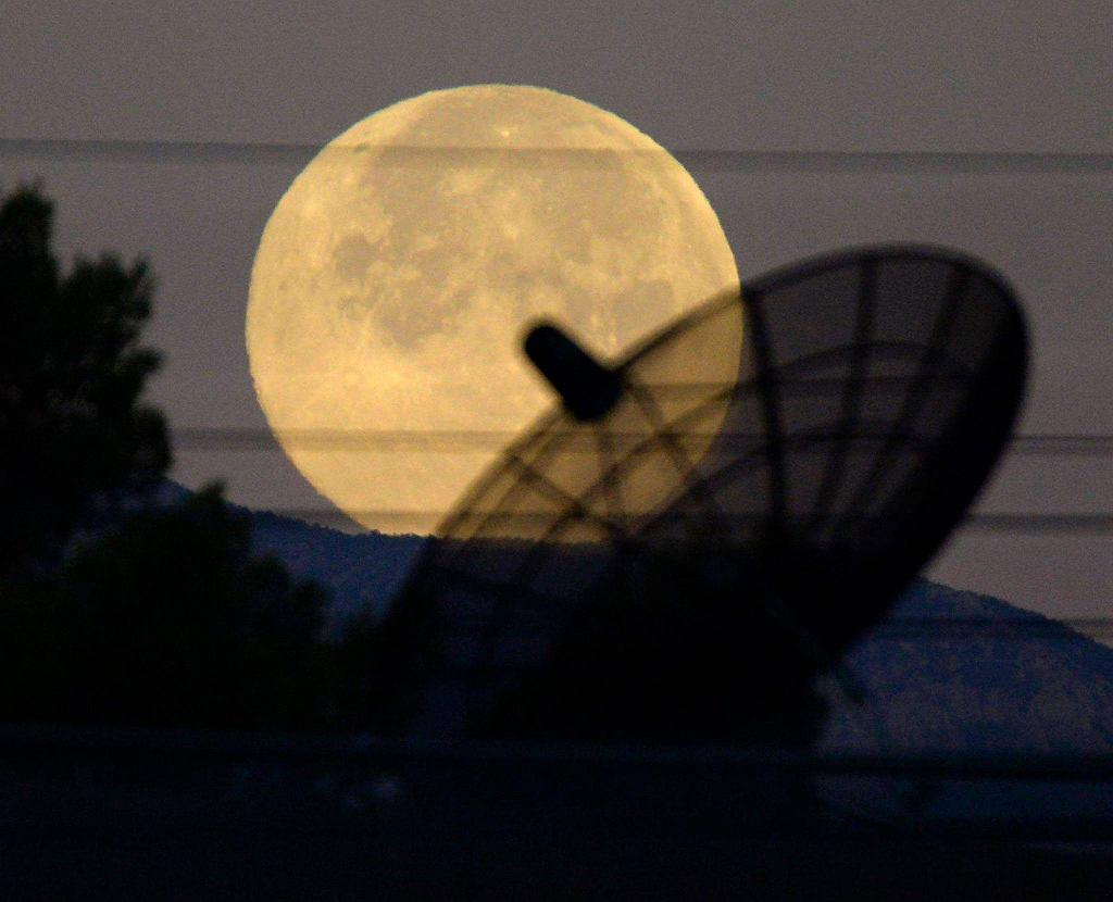 12 lipca na całej kuli ziemskiej można było zobaczyć na nocnym niebie niezwykłe zjawisko - tzw. Superksiężyc. To zjawisko występuje, gdy nasz satelita jest w pełni i znajduje się najbliżej Ziemi. Wydaje się wówczas większy i jaśniejszy niż podczas