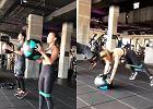 Julia Wieniawa trzaska kolejne powtórzenia na siłowni z piłką lekarską. Te ćwiczenia tylko wyglądają na proste!