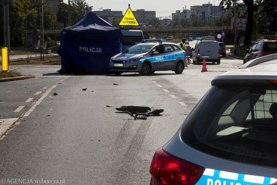Śmiertelny wypadek na ul. Legnickiej. Mężczyzna na hulajnodze potrącony przez auto
