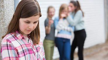 Dziecko, która doświadcza przemocy rówieśniczej, czuje się osaczone