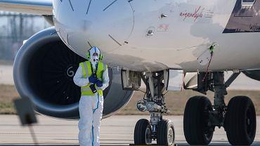 Nowy projekt rozporządzenia w sprawie zakazu lotów do Polski. Na liście znajdują się m.in. Chorwacja, Hiszpania czy też Francja. Na zdjęciu: obsługa naziemna w Jasionce, 7 kwietnia 2020