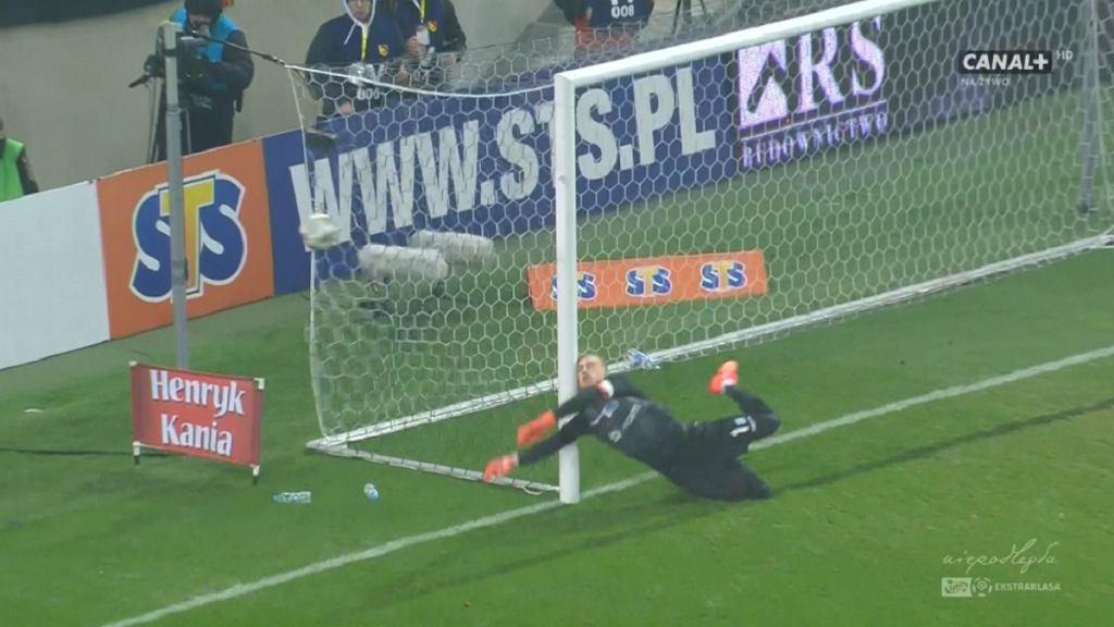 Jasmin Burić zderzył się ze słupkiem w trakcie meczu Jagiellonia Białystok - Lech Poznań