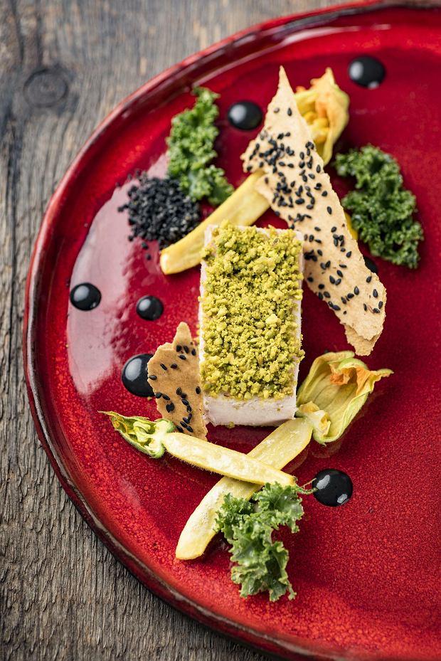 Perliczka z ziołami, cukinią, jarmużem i krakersem