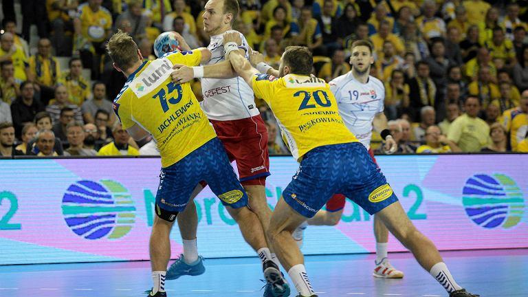 Mariusz Jurkiewicz i Mateusz Jachlewski kontra Artsiom Kulak podczas meczu PGE Vive Kielce - Mieszkow Brześć