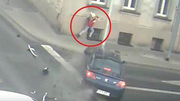 Kobieta cudem uniknęła zderzenia z samochodem