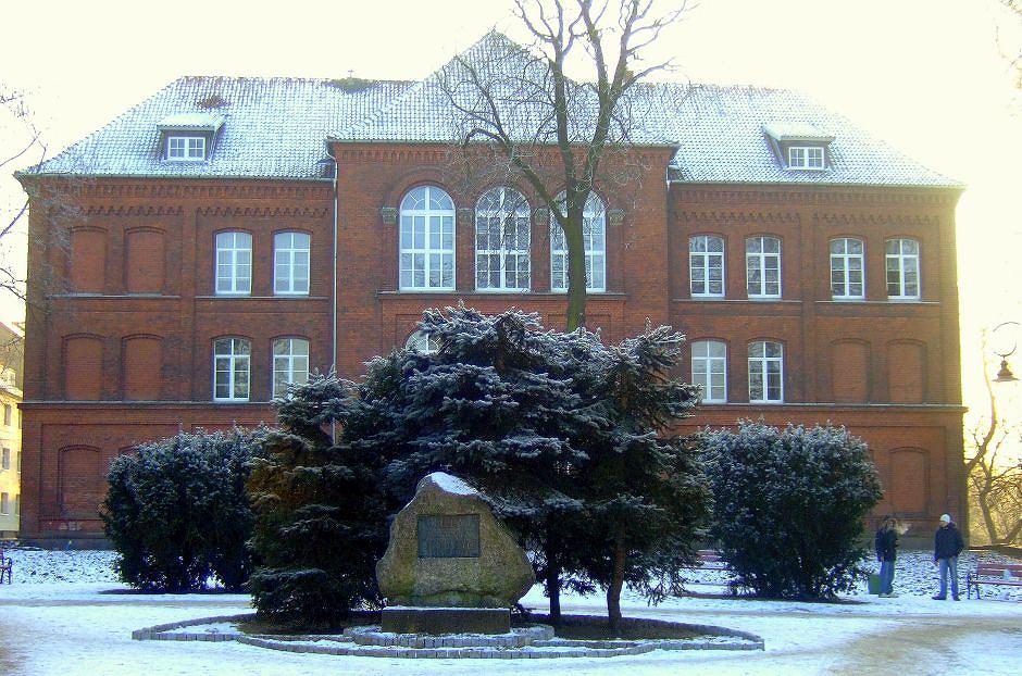 Z tych murów wyszłam - liceum im. Stefana Żeromskiego w Bartoszycach (fot. Wikimedia)