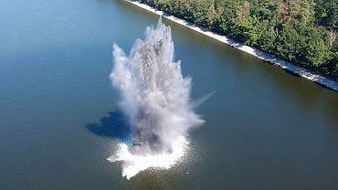 Słup wody wywołany deflagracją podwodnego niewybuchu. Podobnie ma przebiegać neutralizacja bomby tallboy