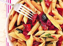 Penne z chorizo, czarnymi oliwkami i pomidorami - ugotuj