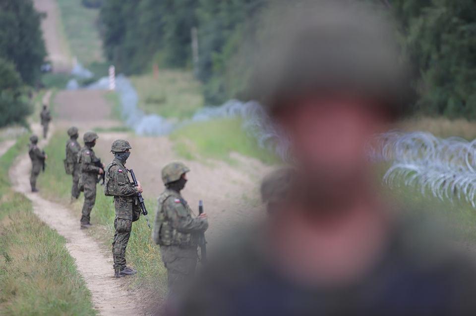 Kopczany. Mariusz Błaszczak, minister obrony narodowej, w poniedziałek (23 sierpnia) zapowiedział powstanie na granicy z Białorusią 'nowego, solidnego płotu' o wysokości 2,5 metra. W trakcie konferencji prasowej na granicy polsko-białoruskiej w pobliżu Litwy oświadczył na tle zasieków i w otoczeniu kordonu żołnierzy z karabinami: - Nie pozwolimy na forsowanie granicy N/Z Żołnierze na pasie granicznym