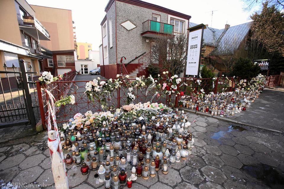 W miejscu gdzie doszło do tragedii palą się znicze, mieszkańcy kładą maskotki i kwiaty