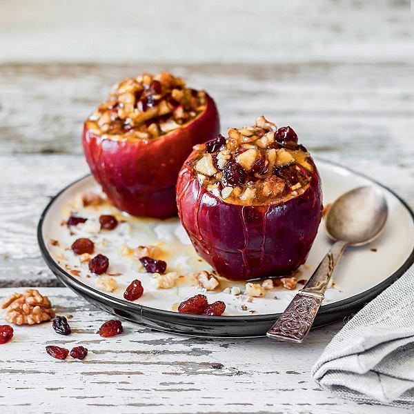 Pieczone jabłka znutą goździków zbakaliami