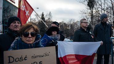 Protest pod siedzibą TVP Gdańsk przeciwko manipulacjom, propagandzie i sianiu nienawiści