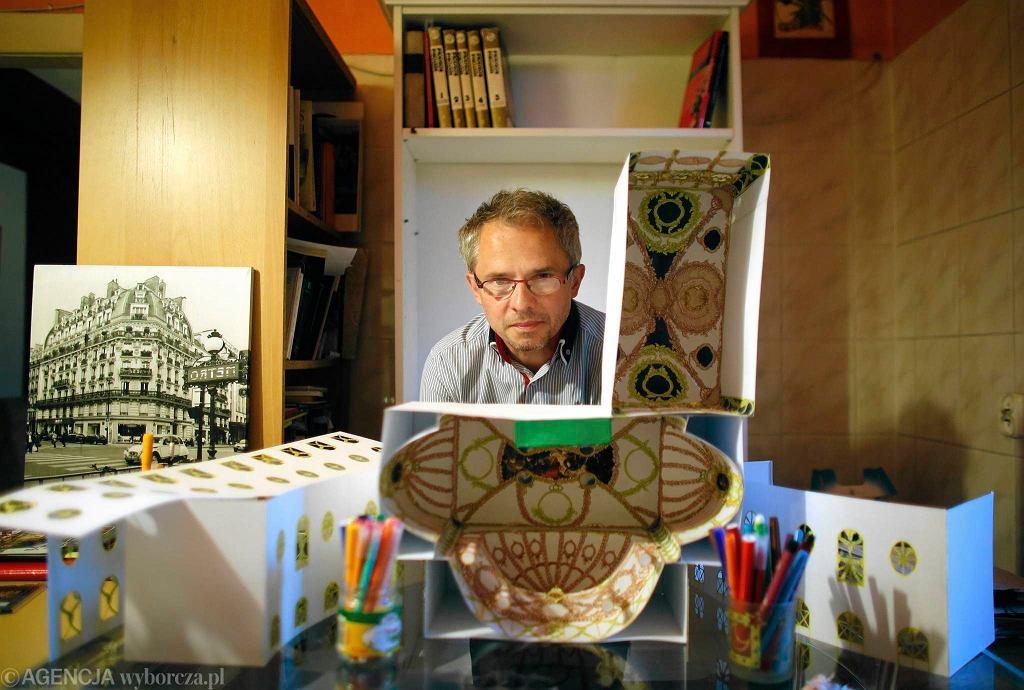 Sławomir Kaczor z Katowic tworzy z brystolu makiety pałaców i kościołów