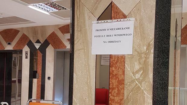 Kartka z zakazem przesuwania foteli od WOŚP w Górnośląskim Centrum Zdrowia Dziecka w Katowicach