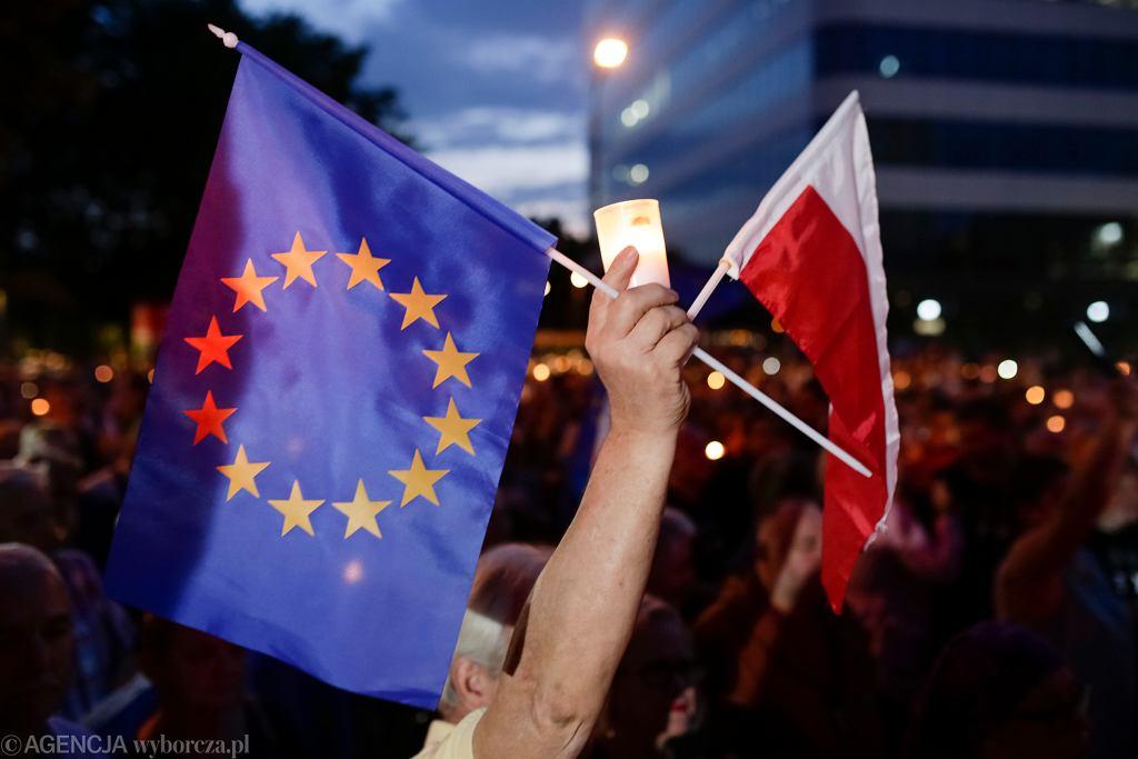 Flagi Unii Europejskiej oraz Polski (zdjęcie ilustracyjne)