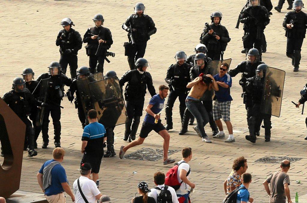 Policja walczy z chuliganami