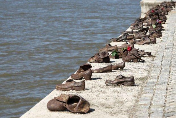 Pomnik porzuconych butów na brzegu Dunaju
