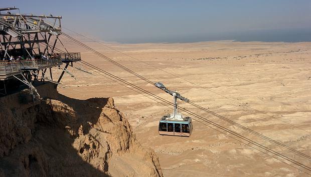Do ruin twierdzy Masada najlepiej dojechać kolejką górską.