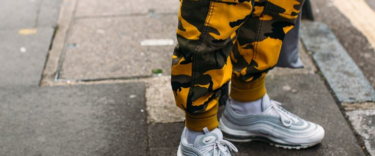 Mężczyźni uwielbiają te spodnie za wygodny fason i luźny styl! Te we wzór moro są bardzo męskie