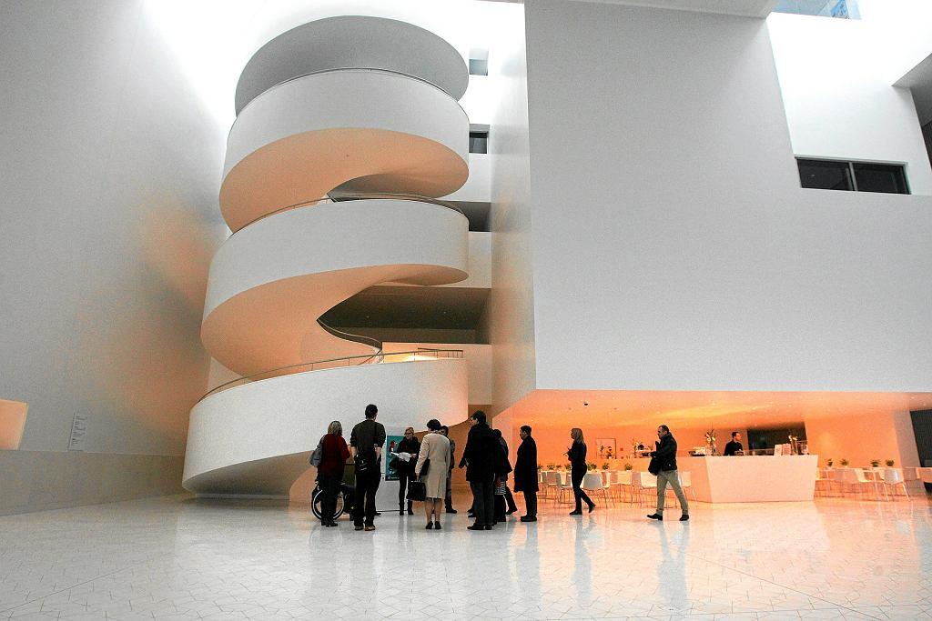Spiralne schody we wnętrzu Filharmonii im. Karłowicza w Szczecinie