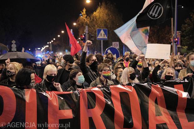 22.10.2020 Warszawa . Protest - marsz pod dom szefa partii rządzącej , pełniącego funkcje wicepremiera prezesa Jarosława Kaczyńskiego