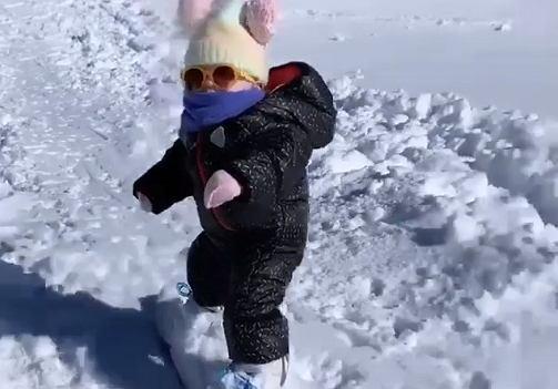 15-miesięczna Blake to urodzona snowboardzistka.
