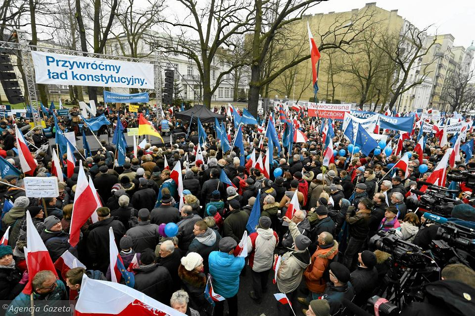 W obronie Trybunału Konstytucyjnego i z żądaniami przestrzegania konstytucji od kilku miesięcy demonstrują opozycja i Komitet Obrony Demokracji. Na zdjęciu: pikieta KOD przed siedzibą TK w Warszawie 12 marca 2016 r.