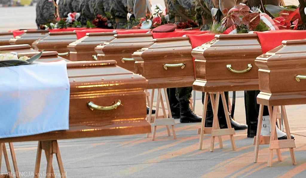 Lotnisko Okęcie. Trumny ofiar katastrofy. 23 kwietnia 2010 r.