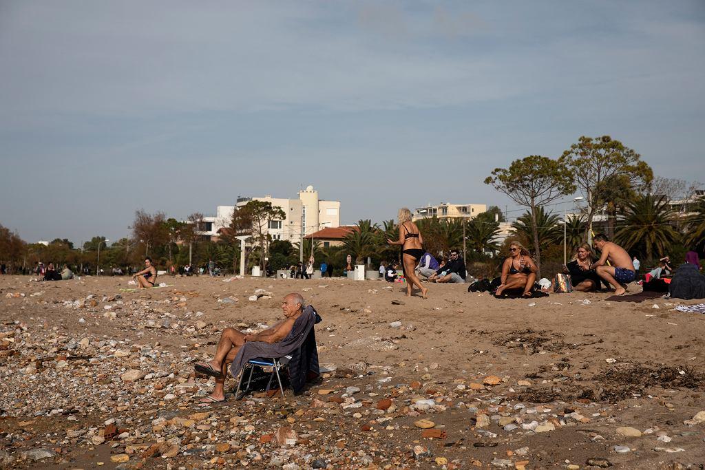 Grecja. W Atenach odnotowano 23 stopnie Celsjusza. Ludzie wyszli na plaże