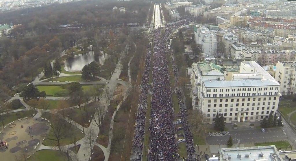 Nagranie z marszu KOD w Warszawie