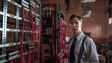 """Benedict Cumberbatch w scenie z filmu """"Gra tajemnic"""""""