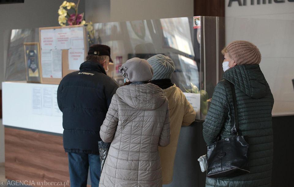 22 stycznia 2021, Kielce. Zapisy na szczepienie przeciwko koronawirusowi. Przychodnia przy ul. Robotniczej