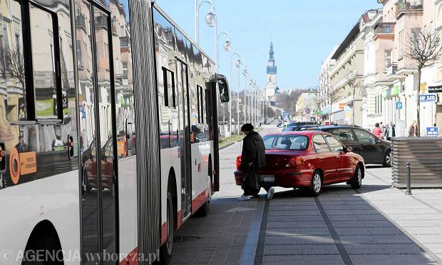 Częstochowa, II Aleja NMP. Źle zaparkowany samochód tarasuje drogę autobusowi MPK