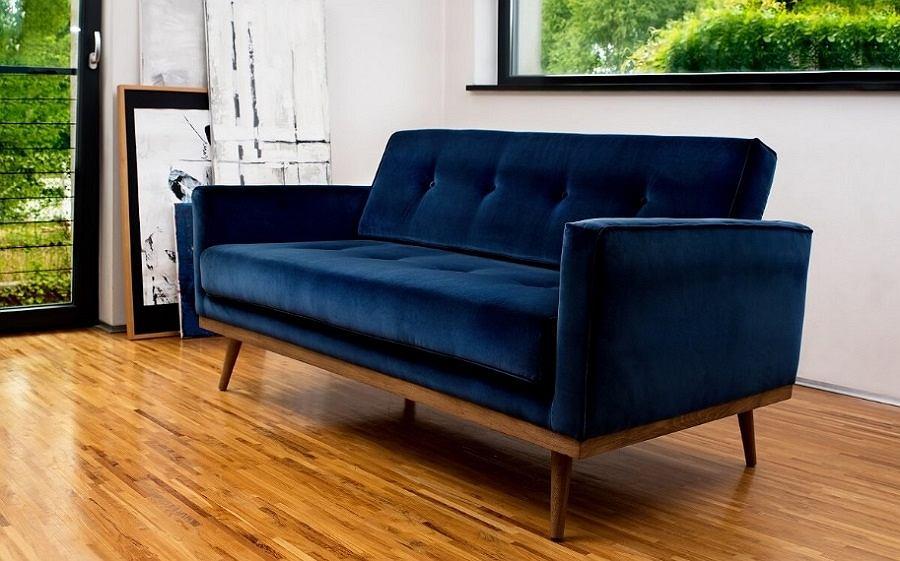 Welurowa sofa w kolorze granatowym