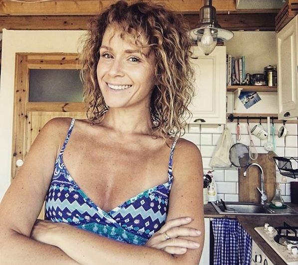 Aktorka 'Rodziny zastępczej' Monika Mrozowska pozuje w bikini. Nie wygląda idealnie
