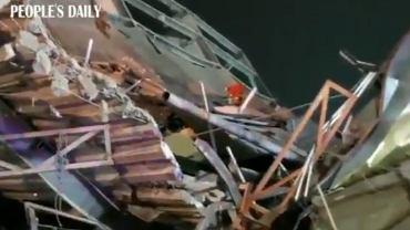 Kadr z nagrania z akcji ratunkowej po zawaleniu się hotelu w Quanzhou w południowo-wschodnich Chinach