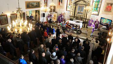 Tradycyjnie przed rozpoczęciem sezonu żużlowego zawodnicy, działacze i kibice czarnego sportu spotkali się na mszy św. w podtoruńskim Górsku.  W niedzielę nabożeństwo w intencji bezpiecznego, wolnego od upadków i kontuzji sezonu 2020 celebrował biskup toruński Wiesław Śmigiel. Pierwsze takie nabożeństwo w świątyni w Górsku odbyło się w 1990 r. Przez wiele lat msze dla żużlowców odprawiał ks. Piotr Prusakiewicz - duszpasterz tej dyscypliny sportowej. Tymczasem w poniedziałek zawodnicy Apatora Toruń wyjadą na pierwszy trening na Motoarenie.