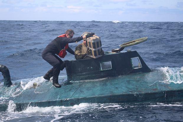 Wyładunek narkotyków z przechwyconej łodzi. Większość jest następnie zatapiana